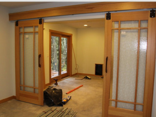 Какие дверные конструкции можно устанавливать в квартире